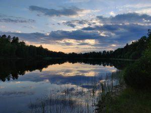 Auringonlasku järvellä Ruotsissa