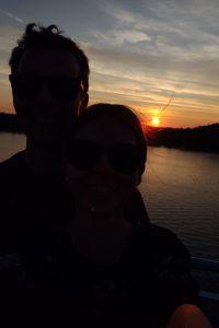 Heta ja Matti auringonlaskussa