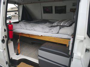 Reissupakun sisustus ja sänky