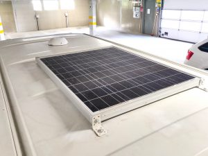 Aurinkopaneeli ja ilmareikä katolla