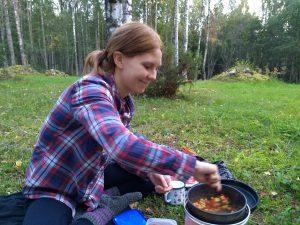 Heta tekee ruokaa metsässä