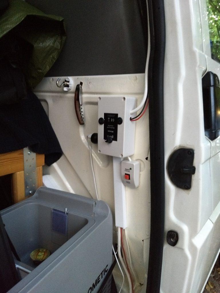 Valojen, tuulettimen ja invertterin ohjauspaneeli heti oven vieressä