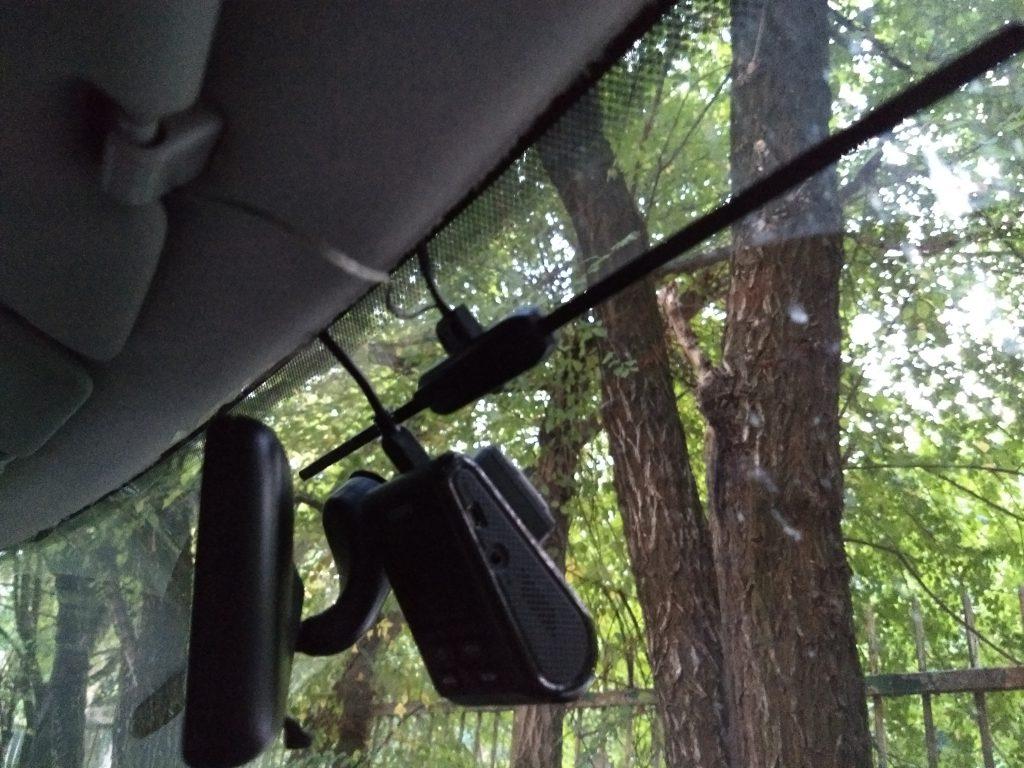 Tuulilasiin on liimattu radioantenni ja dashboard cam