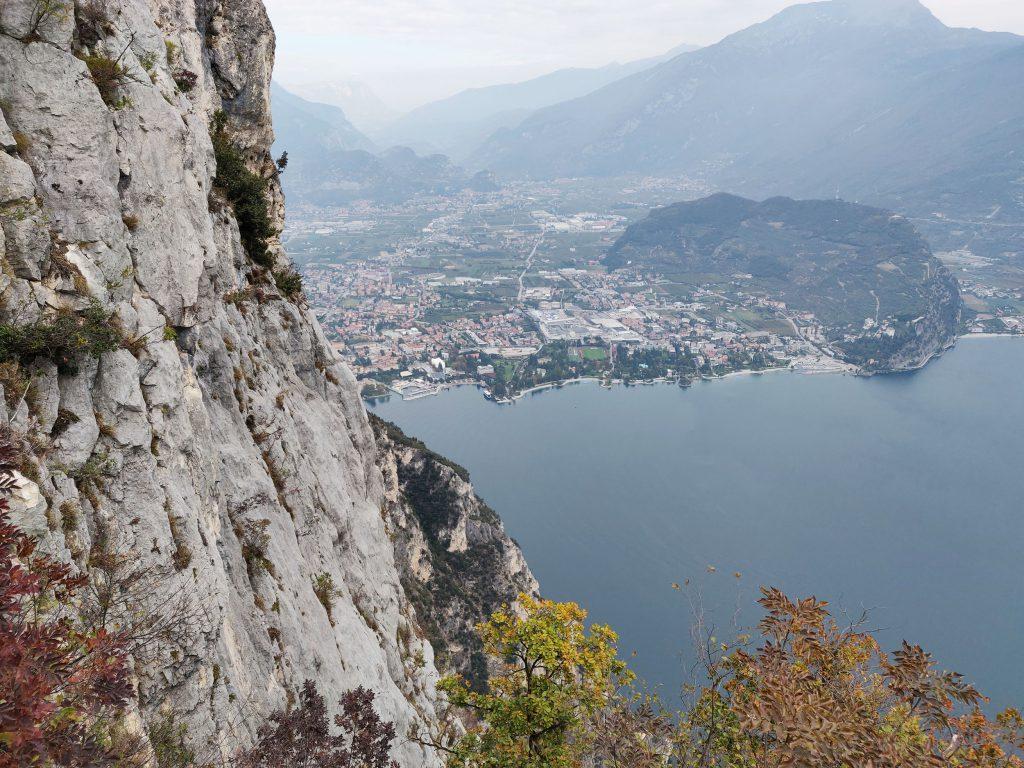 Maisema Gardalle ja Riva del Gardaan