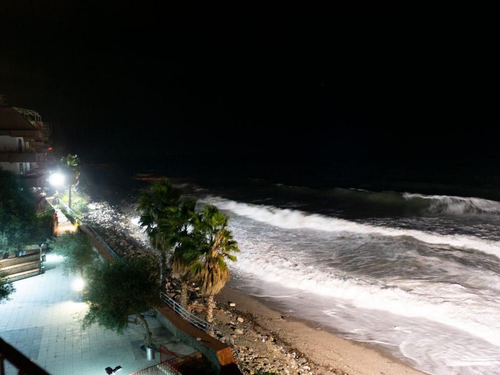 Näkymä merelle parvekkeelta illalla