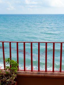 Näkymä parvekkeelta, turkoosi meri