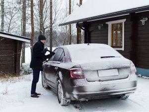 Matti putsaa autoa
