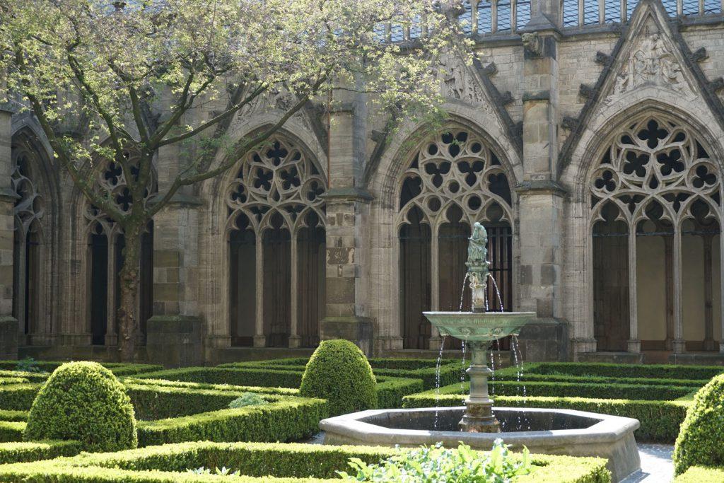 Domin vieressä Utrechtissa on pieni kirkon sisäpiha, jossa oli rauhallista istuskella