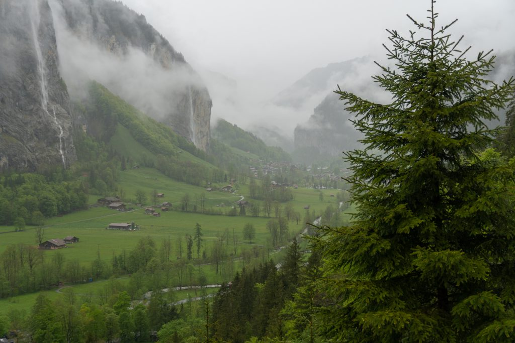 Näkymä Lauterbrunneniin Trümmelbachfälle-vesiputouksilta