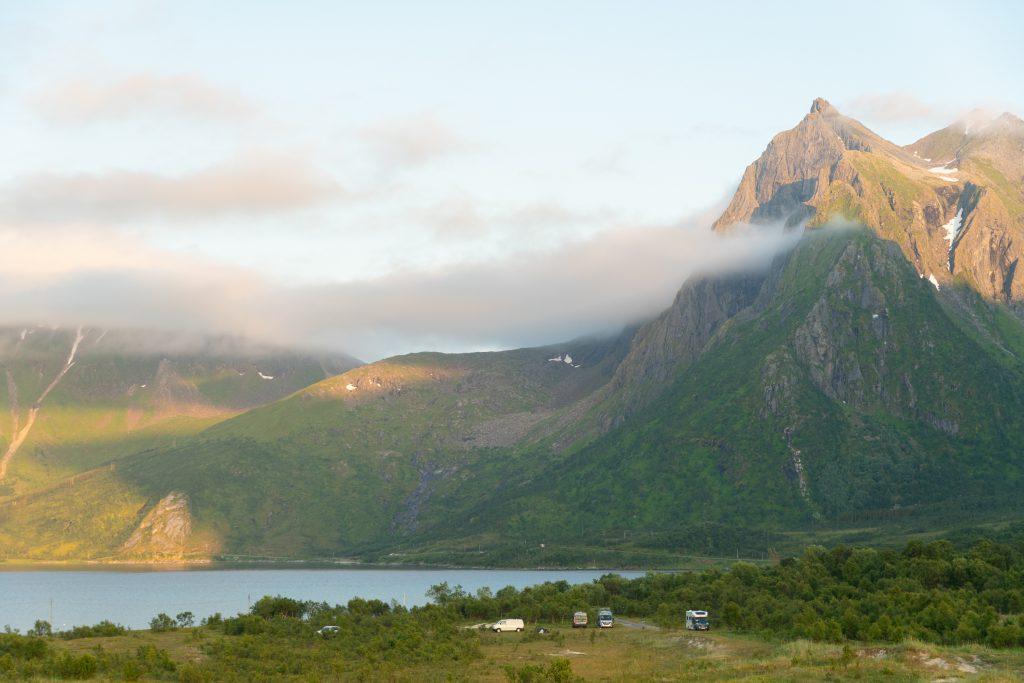 Ensimmäinen yöpymispaikkamme Lofooteilla, reissupaku vuorien keskellä