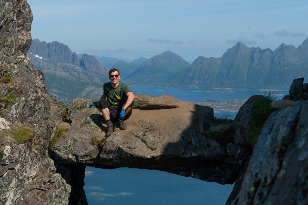 Matti kallion välissä olevalla kivellä, Fløya, Lofootit, Norja