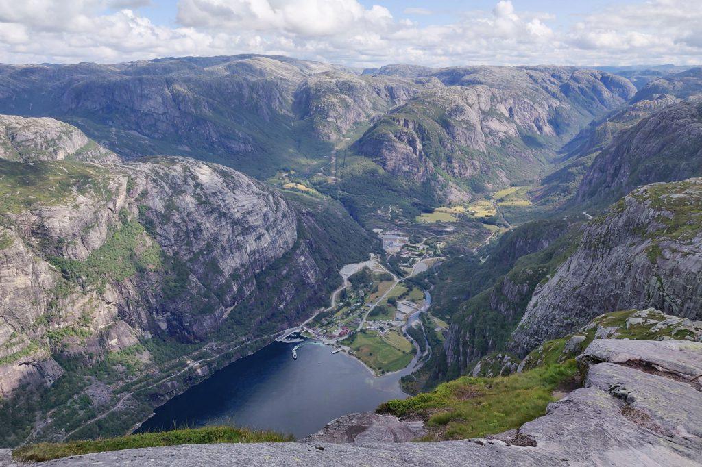 Lysebotn on kylä vuonon päässä ja vuorten välissä