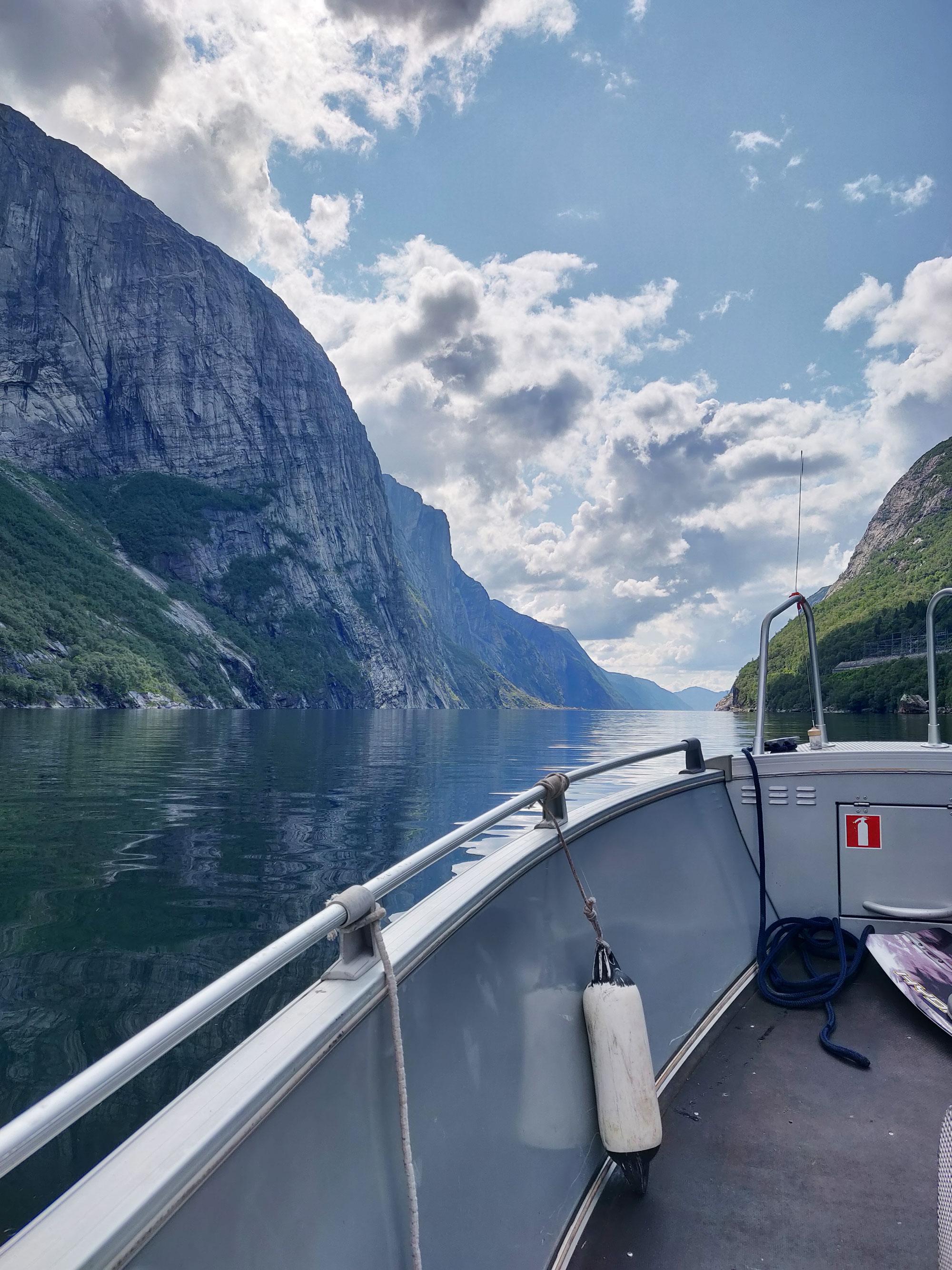 Veneessä matkalla laskeutumisalueelle