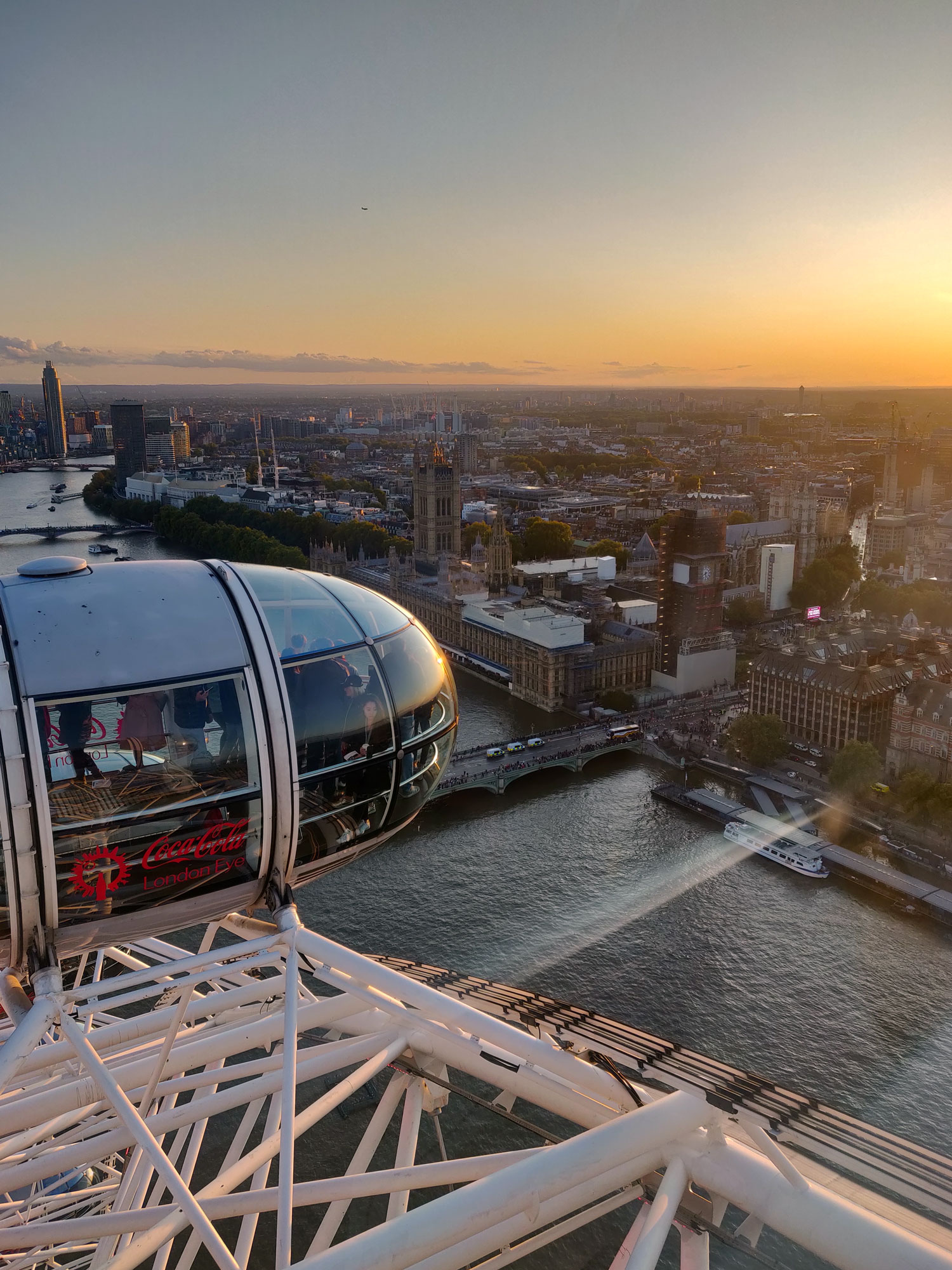 Auringonlasku ja London Eye