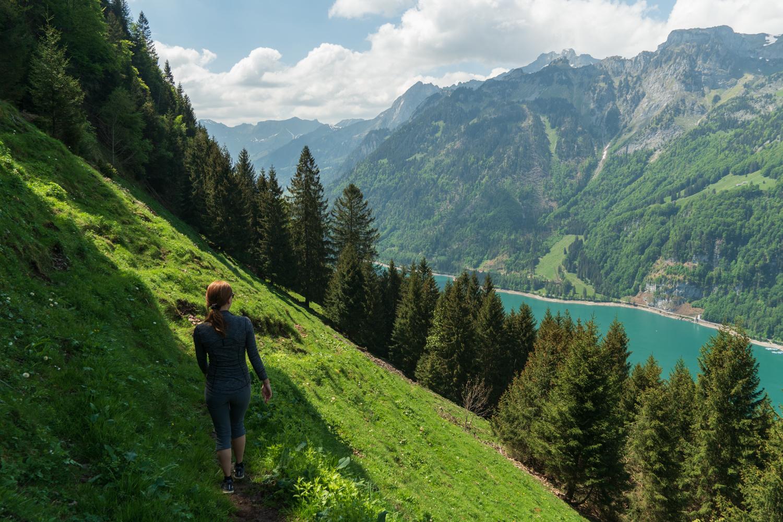Sveitsin vuoristojärvi Klöntalersee