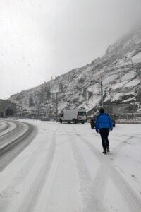 Pakettiauto jumissa lumessa