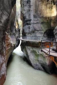 Aareschluchtin kanjonissa kulkee kulkuväylä
