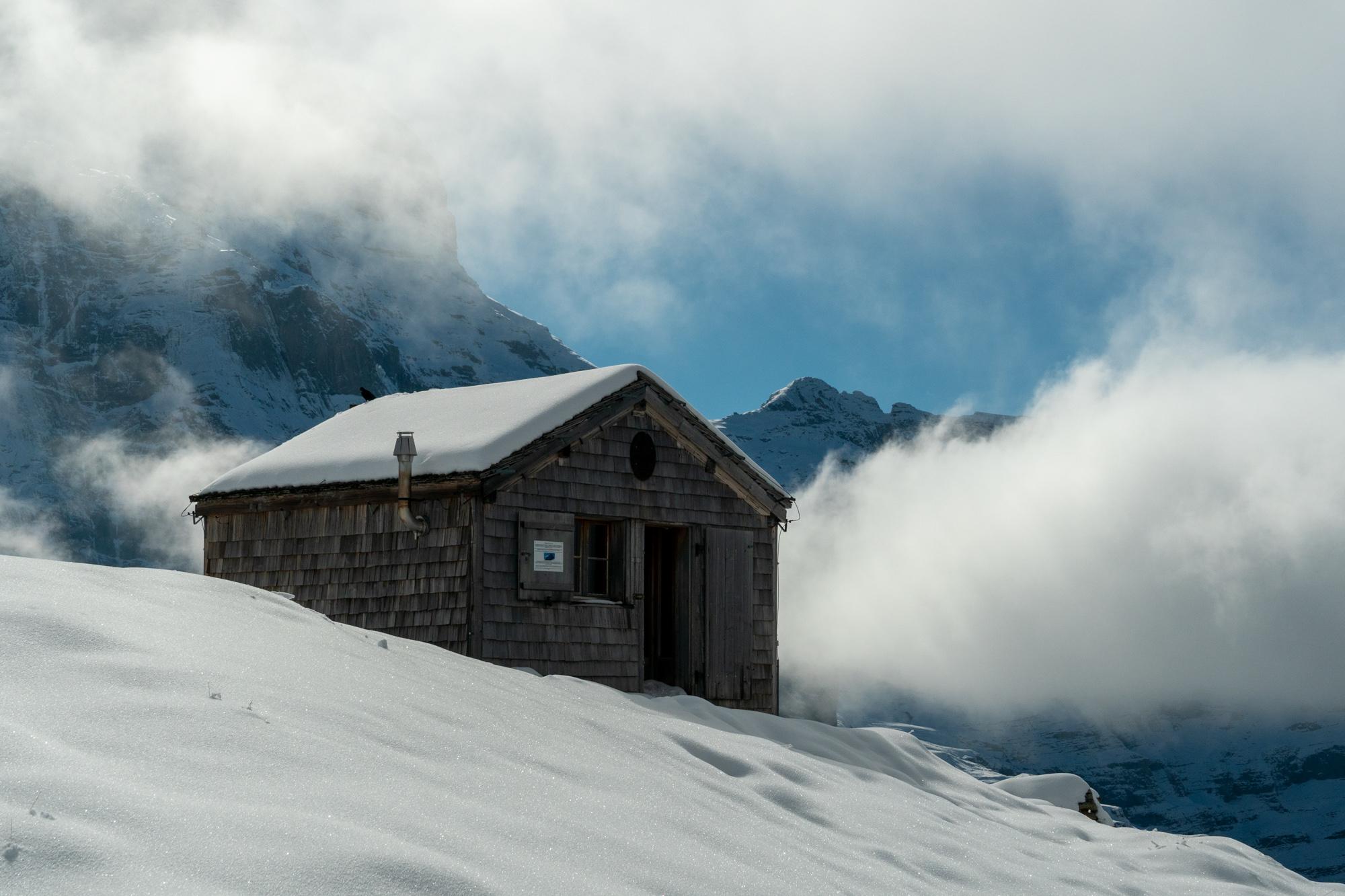 Luminen mökki vuorilla