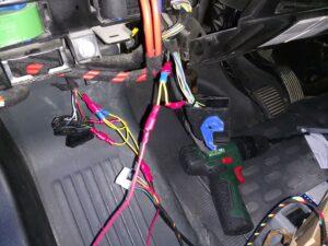 Vakionopeudensäätimen haaroitukset auton sisällä