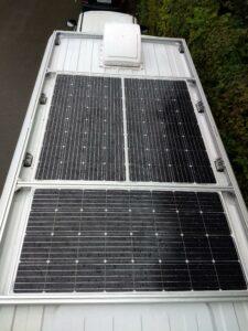 Auton katolle asennetut aurinkopaneelit.