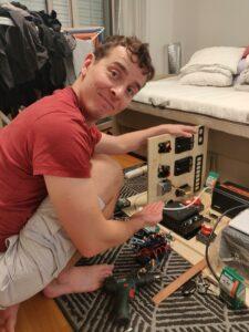 Matti esittelee valmista komponenttien sijoittelua