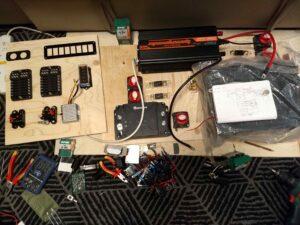 Sähköasennuksenkomponentit olohuoneen lattialla.