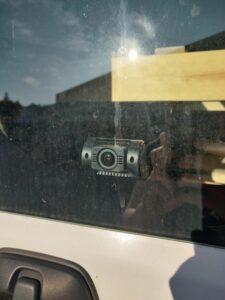 Takakamera kuvaa takalasin läpi