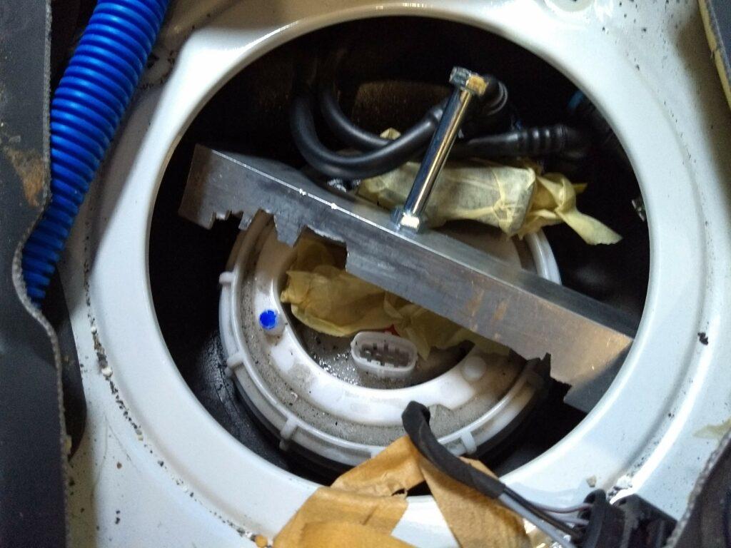 Työkalu polttoainepumpun korkin avaamiseen