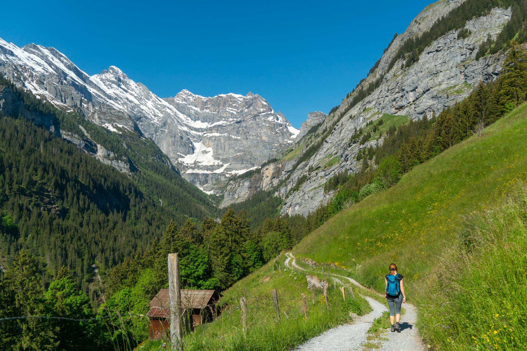 Kävelemässä vuorilla lähellä Lauterbrunnenia