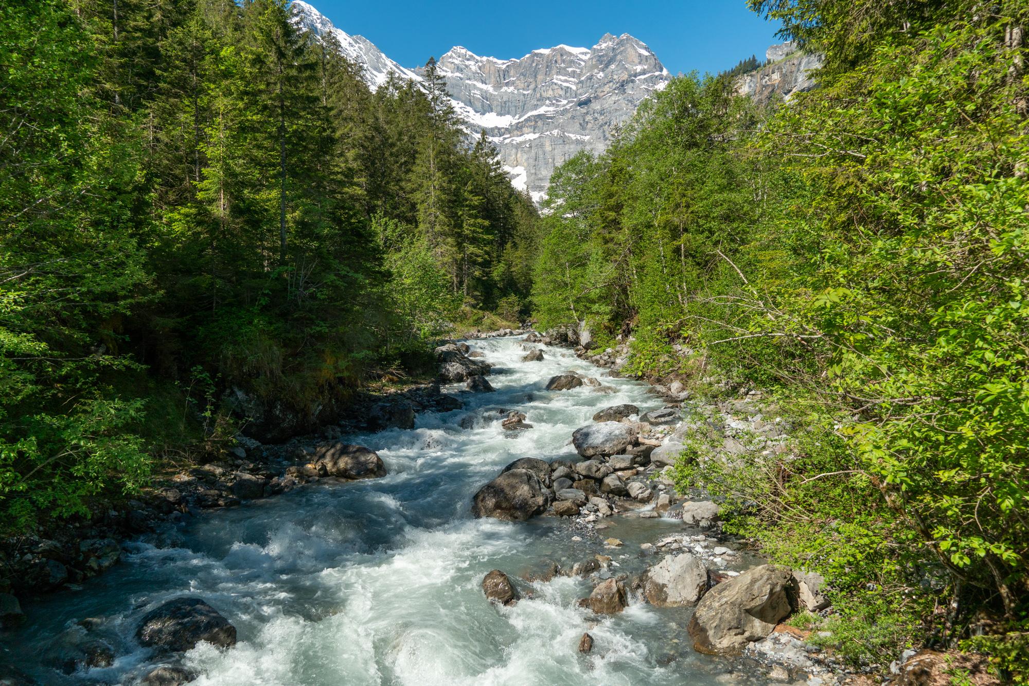 Joki vuorilla Sveitsissä