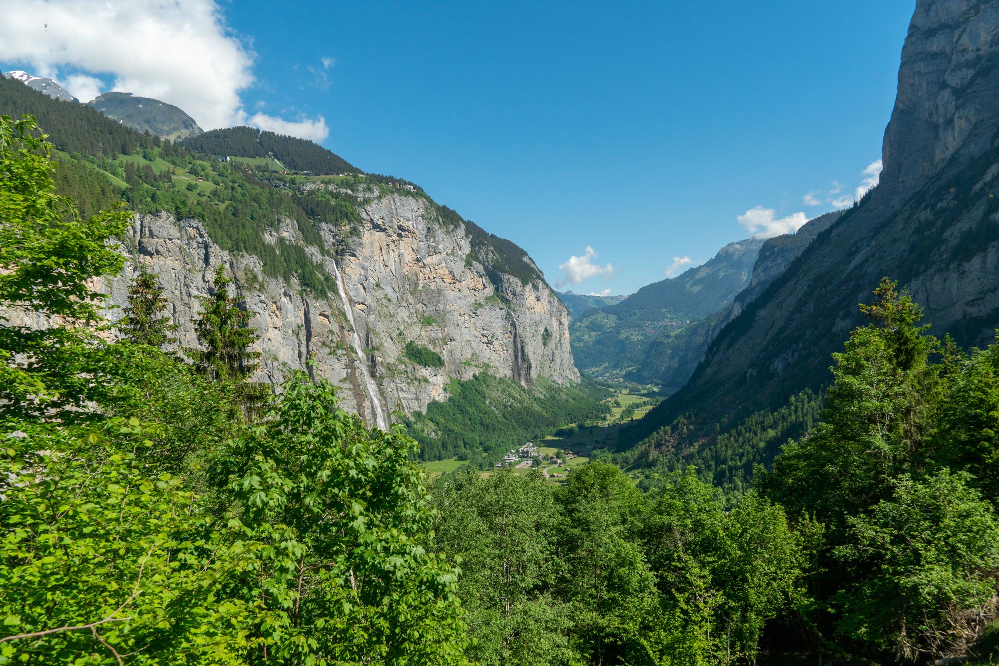 Vaellusmaisemat Lauterbrunneniin päin