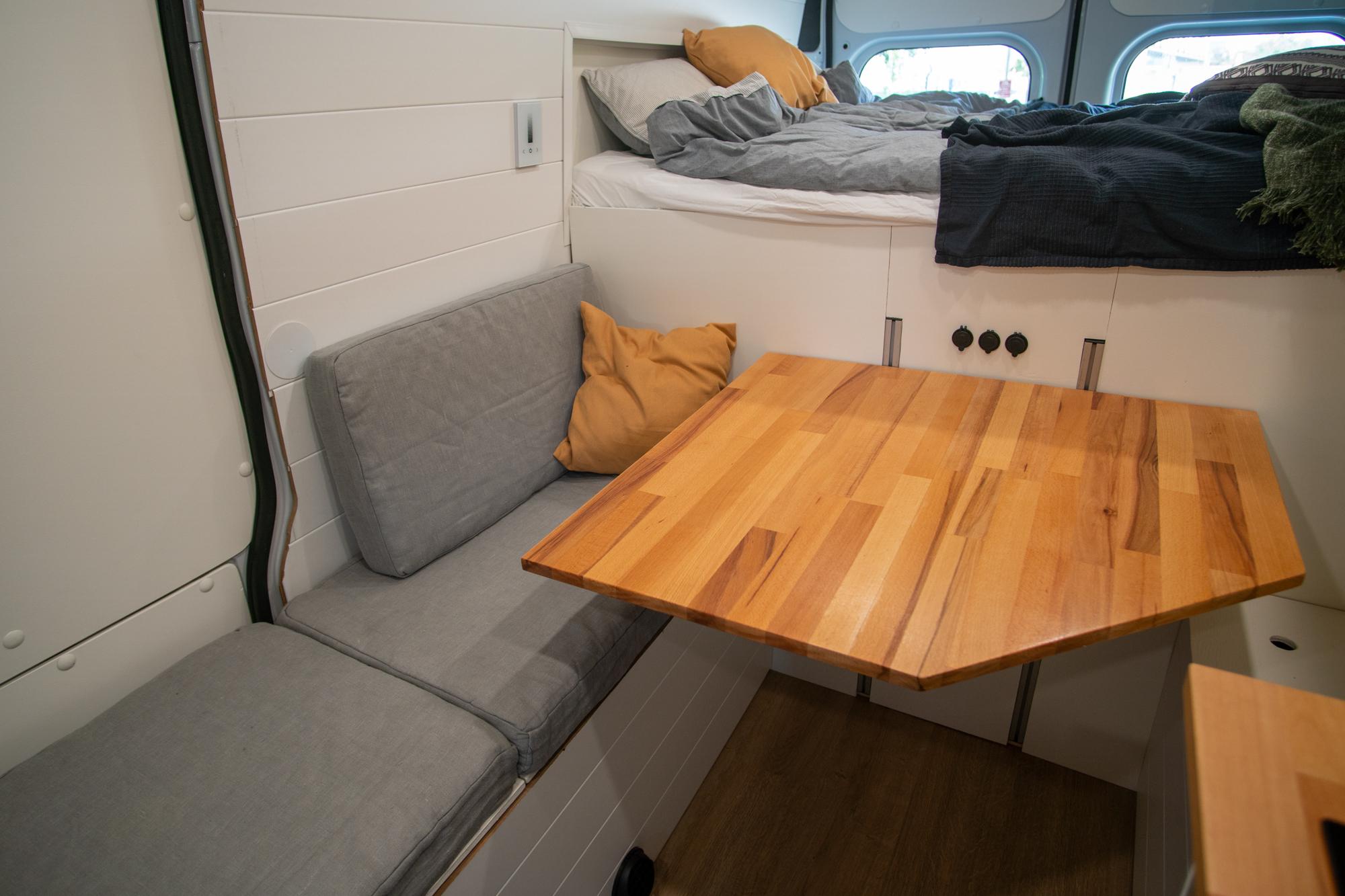 Sänky, penkit ja pöytä reissupakussa