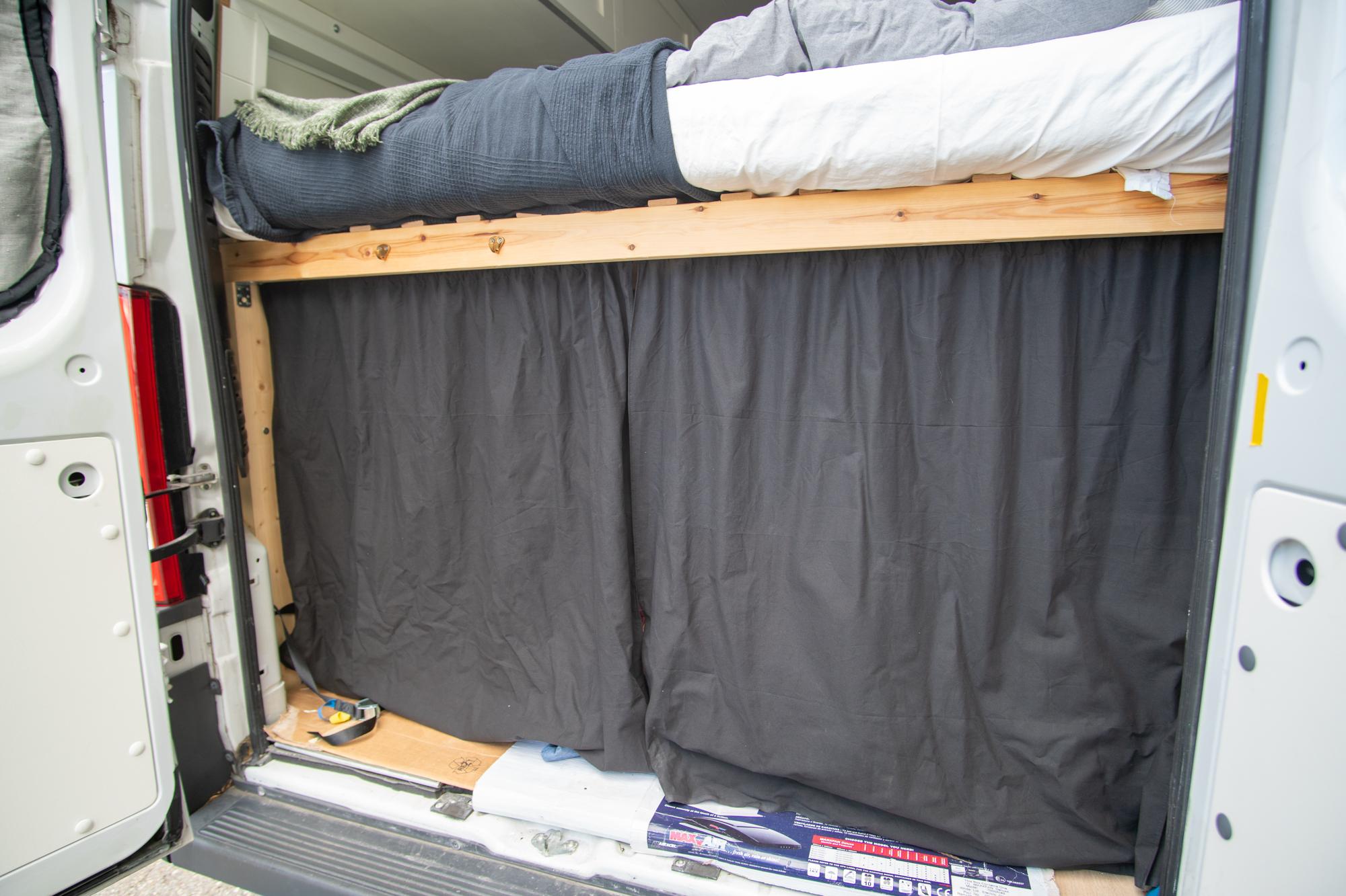 Reissupakun sänky takana
