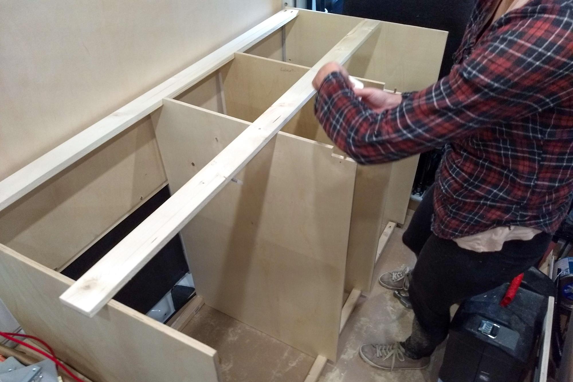 Pakettiauton keittiön rakentaminen