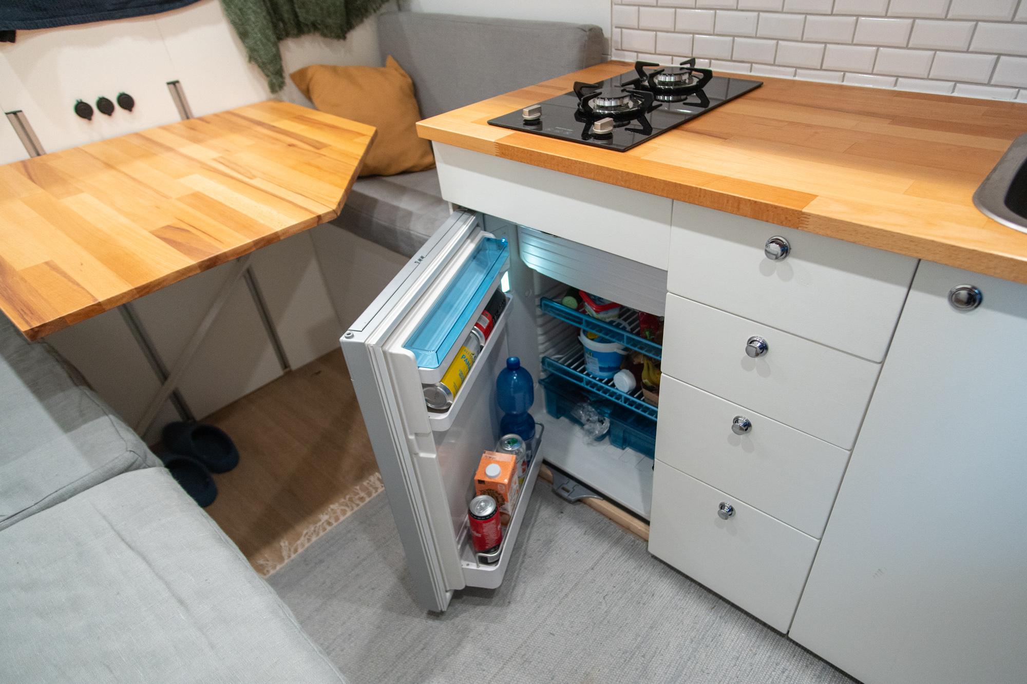 Jääkaappi pakettiautossa