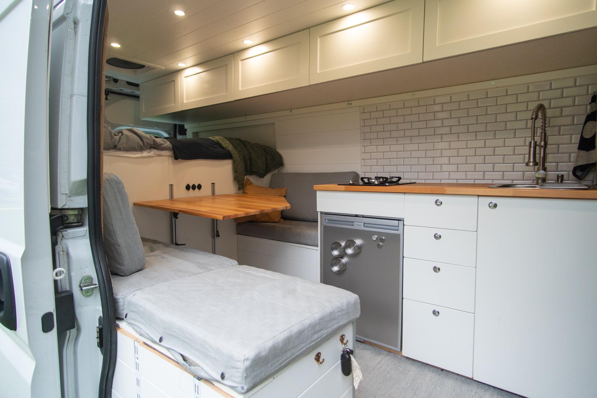 Pakettiauton keittiö ja yläkaapit